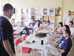 Protestující zaměstnanci se sešli v jídelně dětského oddělení, jehož zrušení je vzhledem k malému využití  nejreálnější. Diskutovali i o chystaném spojení s Náchodem.