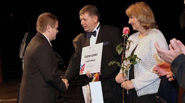 LUKÁŠ KOBLÁSA přebírá během slavnostního večera ocenění z rukou rektora UHK Josefa Hynka.