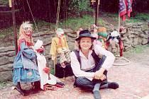 Rostislav Novák (na snímku) a jeho manželka, která je sedmou generací potomků Matěje Kopeckého, jsou hlavními organizátory dalšího ročníku loutkového festiválku v Potštejně.