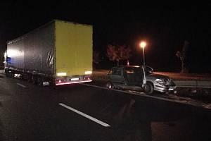 Střet osobního vozidla a nákladního auta uzavřel na čas silnici mezi Petrovicemi a Týništěm.