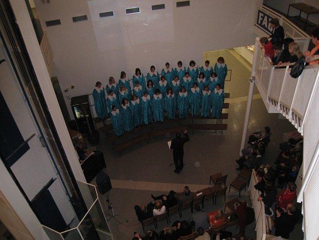 Rychnovský dětský sbor Carmina  rozezněl  prostor Městského úřadu v Rychnově.