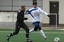 Útočník Aleš Hašek (v bílém) vstřelil v přípravném utkání Dobrušky se Žamberkem dva góly.