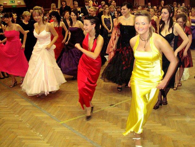 Maturitní ples OA T. G. Masaryka Kostelec n. O. v únoru 2009.  Slečny v krásných róbách a mladí muži v oblecích se představili v nacvičených nástupech, ve kterých skloubili pohyb s hudbou a studentskou recesí v komponovaná vystoupení.