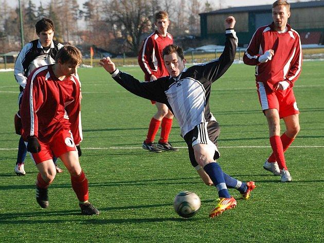 RYCHNOVŠTÍ FOTBALISTÉ v úvodním jarním utkání prohráli v Jičíně (na snímku s míčem autor jediné domácí branky Jakub Vích) a v neděli přivítají v důležitém souboji FK Lázně Bělohrad.