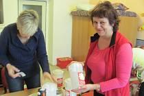 Zapečetěné kasičky jsou připravené k Tříkrálové sbírce.Pečetění se účastní také ředitelka rychnovské charity Eva Šmídová.