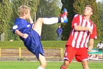 PODZIM završí Dobruška (na snímku vlevo Michal Dostál v souboji s Romanem Jelínkem z Libčan) sobotním derby s Rychnovem.