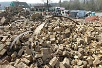 Odstřel továrního komína v Rychnově.