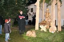 ODHALENÍ BETLÉMA V ŽIVOTNÍ VELIKOSTI se konalo v rámci koncertu Advent mezi horami. Rovněž byl za zvuku vánočních koled rozsvícen vánoční stromeček