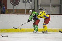 OKRESNÍ DERBY. Semechničtí hokejisté (světlé dresy) zdolali ve středečním utkání na rychnovském ledě rivala z Čestic a vrátili se na první místo průběžné tabulky Krajské soutěže.