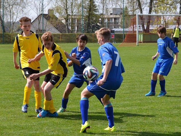 TŘI BODY získali starší žáci Rychnova nad Kněžnou (tmavé dresy) v utkání krajské soutěže s Černilovem.