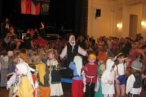 Sál a jeviště Pelclova divadla náležely dětem Mateřské školy Láň, které zazpívaly, zahrály a zatančily pásmo choreografických celků nazvané tentokrát Z pohádky do pohádky.