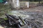 Po bývalé škole v Kostelecké Lhotě zbyl jen prázdný plac a kusy trámů.