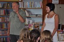 DOBRÁ NÁLADA  se nesla knihovnou i při ukončení akce. Slavnostnímu okamžiku byl přítomen místostarosta Opočna Marian Slodičák. Sám je náruživým čtenářem, tomu odpovídala i jeho rada dětem, v níž si notoval s Radkou Mecnerovou: čtení není nikdy dost!