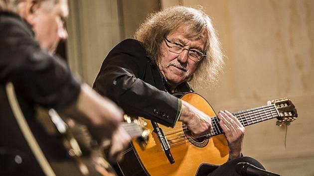 Kytarista Lubomír Brabec zahraje v Radnicích. Ilustrační foto