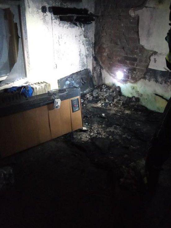 Při požáru se popálil člověk, další dva lidé se nadýchali kouře.