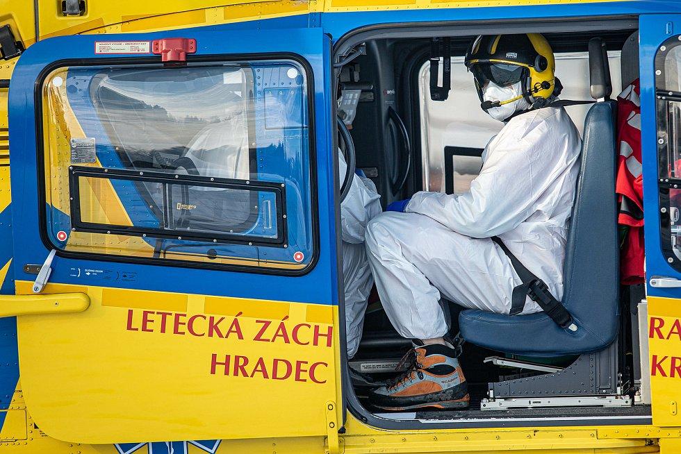 Převoz covid pozitivního pacienta z nemocnice v Rychnově nad Kněžnou do jiného zdravotnického zařízení.