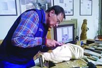 JAN HRNČÍŘ pracuje na jedné z postav betléma. Řezbářství se začal věnovat díky náhodě a zůstal u něj už 13 let.