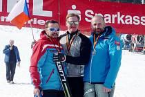 Vítězstvím v závěrečném obřím slalomu Pavel Čiháček završil cestu za obhajobou čtyř zlatých medailí. Druhý skončil Aleš Housa (vlevo) a třetí Rakušan Roland Wlezcek.