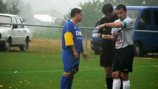 DOVEDL TÝM K VÍTĚZSTVÍ. Kapitán ohnišovských fotbalistů Luděk Šedivý (vpravo) režíroval z pozice stopera svůj celek k výhře nad vedoucím celkem I. B třídy z Jaroměře. Ohnišov je už druhý.