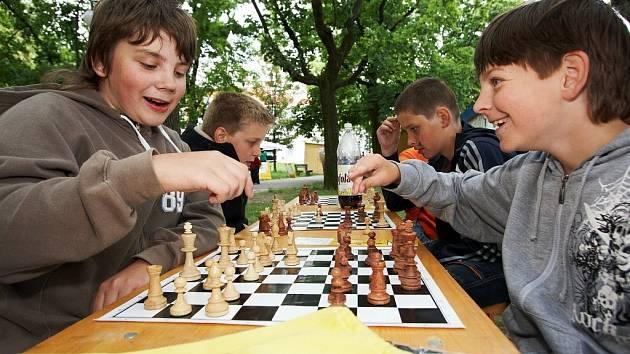 Na rychnovském Poláčkově náměstí začala včera Bambiriáda, přehlídka činnosti sdružení dětí a mládeže a středisek volného času. Veletrh nápadů pro volný čas pokračuje i dnes.