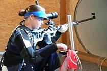 Střelkyně Nikola Mazurová se sestrou Klárou při tréninku na soukromé střelnici v Doudlebách U Splávku.