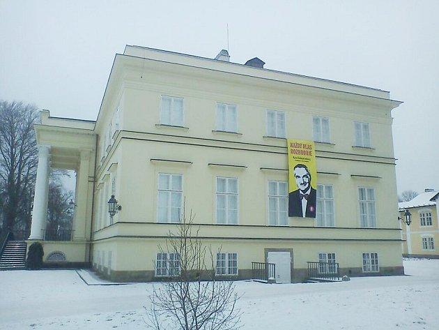 Kostelecký Nový zámek byl vyzdoben transparentem vyjadřujícím podporu Karlu Schwarzenbergovi.