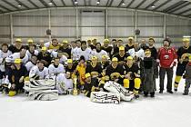 DOBOJOVÁNO. Společná fotografie Sršňů a Medvědů po finálovém duelu Rychnovské hokejové ligy.
