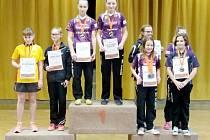 Stupně vítězů Čtyřhru starších žákyň ovládly doberské stolní tenistky Eliška Koďousková a Lucie Bačinová.