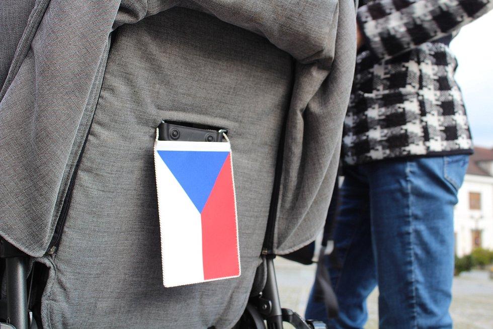 Na rychnovském Starém náměstí se ve čtvrtek večer sešlo necelých pět desítek příznivců Milionu chvilek pro demokracii.