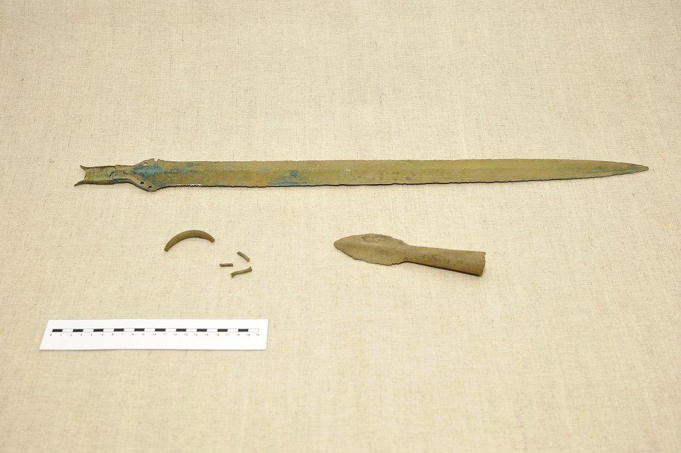 Snímek nalezeného meče, nýtů a kopí.