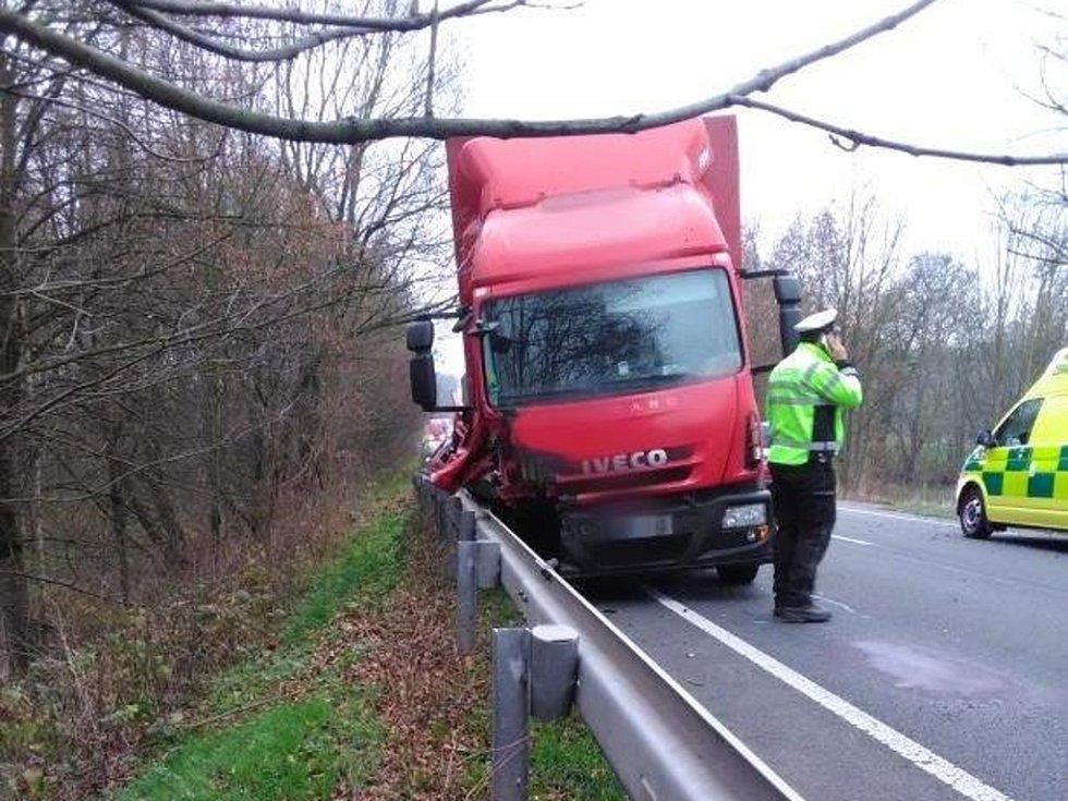 Dopravní nehoda osobního a nákladního automobilu u obce Libel.