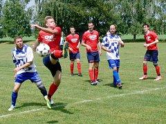 Jediný gól rozhodl o výhře fotbalistů Křovic (červené dresy)nad rezervním týmem Lípy nad Orlicí.