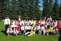 Společné foto mladých fotbalistů FC Hradec Králové s týmem Ajaxu Amsterdam