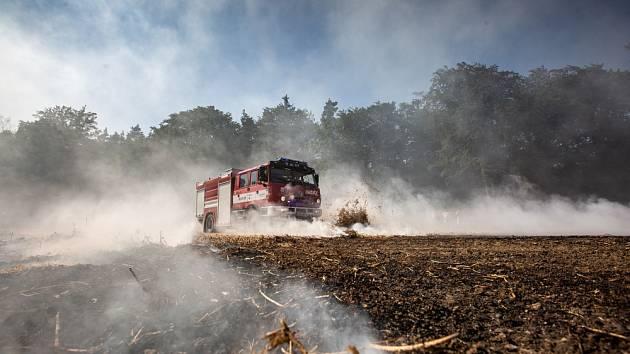 Požár posekaného pole s hrachem v katastru obce Ohnišov.