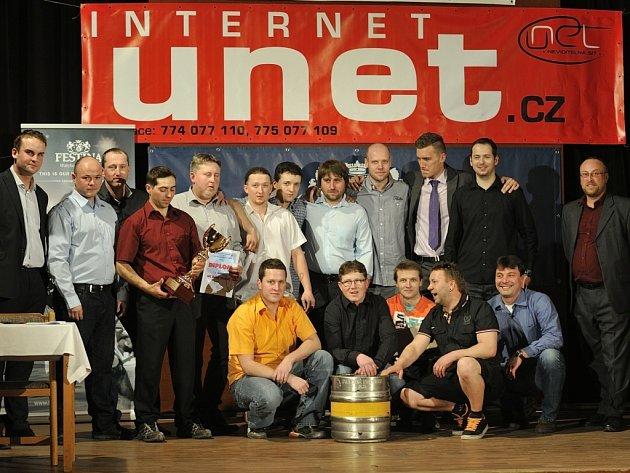 VÍTĚZOVÉ. Pohár a další hodnotné ceny převzali za prvenství v letošním ročníku  Rychnovské hokejové ligy hráči HC Sršni Záměl.