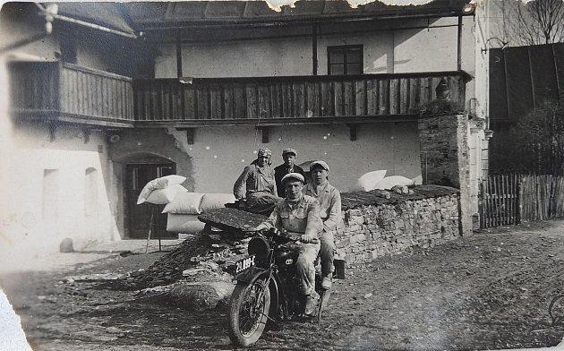 Obec Semechnice se nachází vpodhůří Orlických hor. Leží podél obecní silnice vedoucí od Opočna směrem na Trnov. Na archivním snímku vidíme zdejší mlýn.