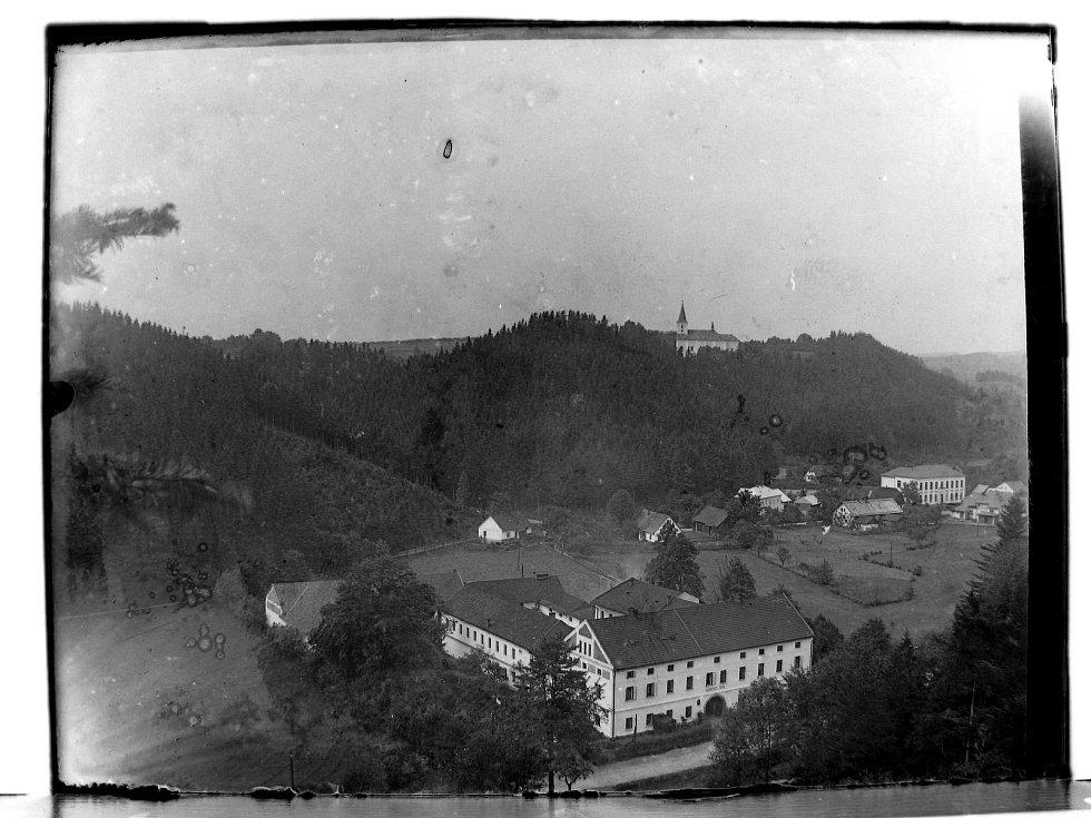 Historický snímek Porkertova podniku ve Skuhrově nad Bělou.