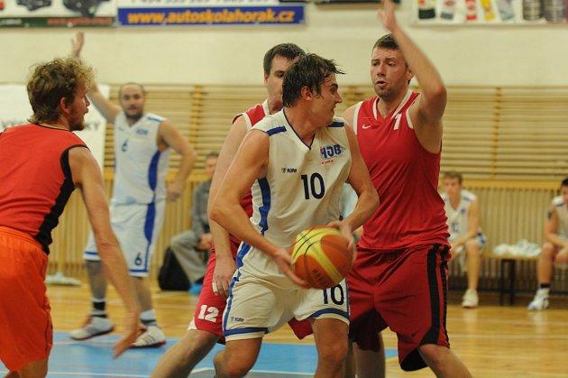 BASKETBALISTÉ RYCHNOVA v derby s Týništěm nad Orlicí dosáhli první letošní výhry ve Východočeské lize.