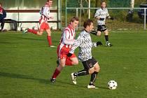 Fotbalisté Ohnišova prohráli na domácím trávníku s Novým Hradcem a řadě soutěžících v Tip lize tak udělali čáru přes rozpočet. Na snímku Jiří Dobýval (vlevo) se snaží zastavit průnik jednoho z protihráčů.