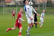 Kostelecký Petr Klapal si zpracovává míč na prsou v utkání s Libčany. V sobotu zamíří se svými spoluhráči do Jičína.