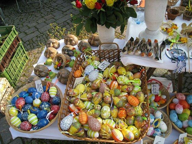 Velikonoční sortiment nabízeli stánkaři na tradičních zelných trzích na rychnovském Starém náměstí.