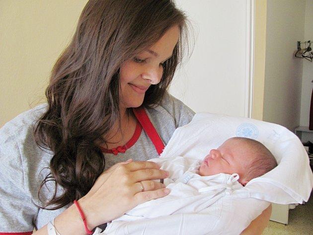 LUKÁŠ ČIHÁK: Manželé Dagmar a Martin Čihákovi z Rychnova se radují ze syna. Svět uviděl 3. května v 18.23 hodin, kdy vážil 3,74 kg a měřil 50 cm. Tatínek to u porodu zvládl výborně.Na brášku se těšila Lucie.