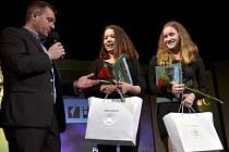 Hvězdy deníku Terezii Sazimovou a Pavlu Bačinovou (zcela vpravo) na pódiu velkého sálu Pelclova divadla vyzpovídal moderátor galavečera Radek Šilhan.