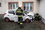 Auto narazilo do domu, jeden člověk se zranil.