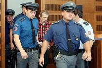 U krajského soudu v Hradci Králové začalo nejsledovanější hlavní líčení se slovenským občanem Antonínem Novákem, který čelí obžalobě z loňského znásilnění a vraždy devítiletého Jakuba Šimánka z Havlíčkova Brodu.