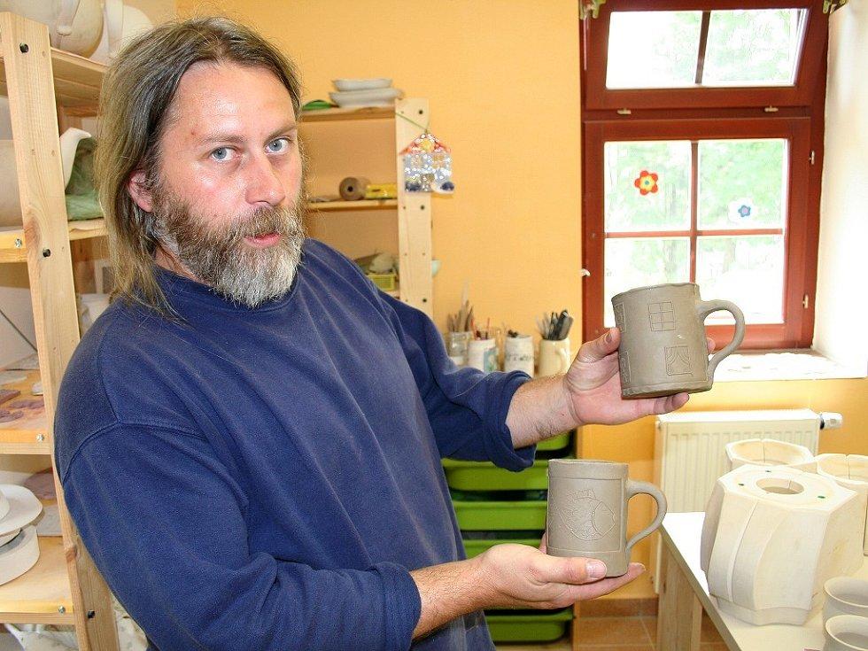 Mezi originální produkty patří i keramika z chráněných dílen Kopeček u Neratova v Orlických horách. Hrnečky před vypálením ukazuje vedoucí  dílen  Vladislav Bukáček.