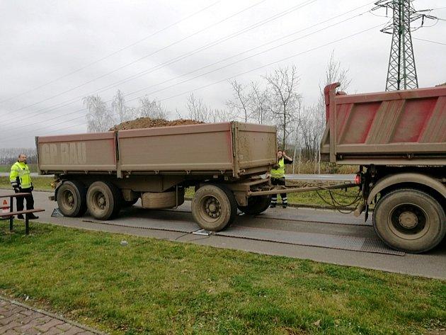 Kontrola nákladních automobilů.