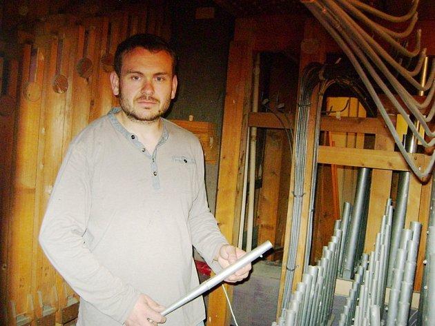 Vzácné varhany opravují v Husově sboru v Dobrušce.