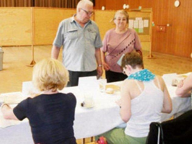 Během horkého pátku se v celé republice otevřely volební místnosti. Ve Společenském centru v Rychnově hned dvě.