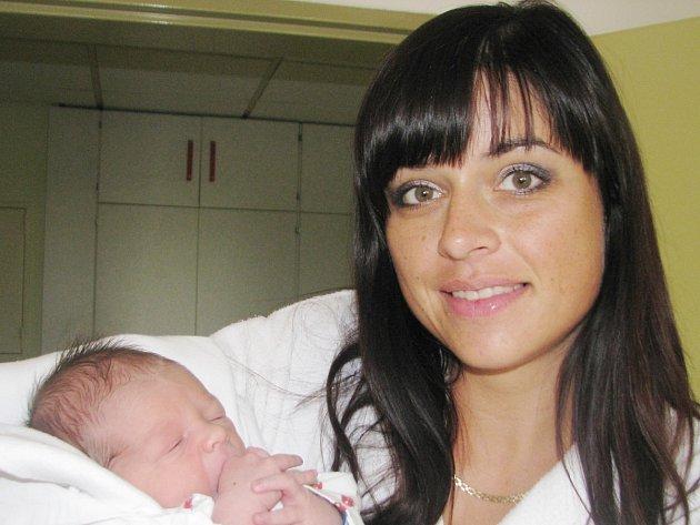 ALEX NOSEK: Manželé Katka a Filip Noskovi z Kvasin se radují z narození syna. Svět uviděl 16. srpna ve 14.48 hodin s váhou 3,07 kg a délkou 48 cm. Doma se na brášku těšila Nicol.